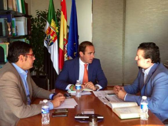 EL ALCALDE DE MORALEJA SE REUNE CON EL COORDINADOR GENERAL DE PRESIDENCIA DEL GOBEX