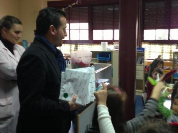 EL AYUNTAMIENTO DE MORALEJA REGALA CUENTOS INFANTILES A LOS ESCOLARES DE MORALEJA.