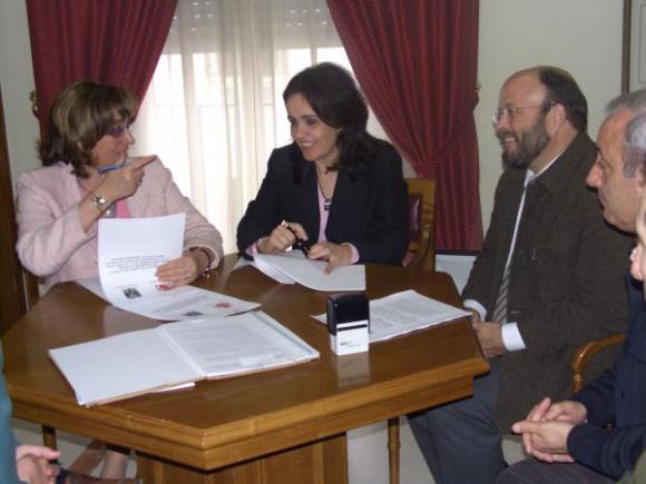 La Delegada del Gobierno firma con la Alcaldesa un convenio para la protección de personas y bienes.
